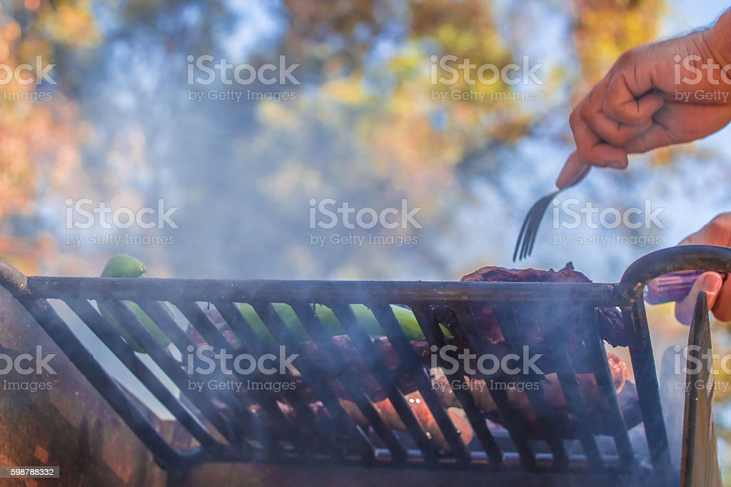 Food in BBQ grill at a park - foto de stock
