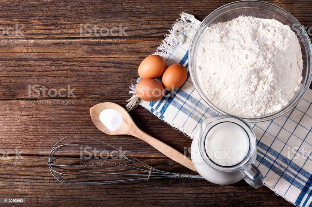 Ingredientes de alimentos e utensílios de cozinha para cozinhar em fundo de madeira - foto de acervo