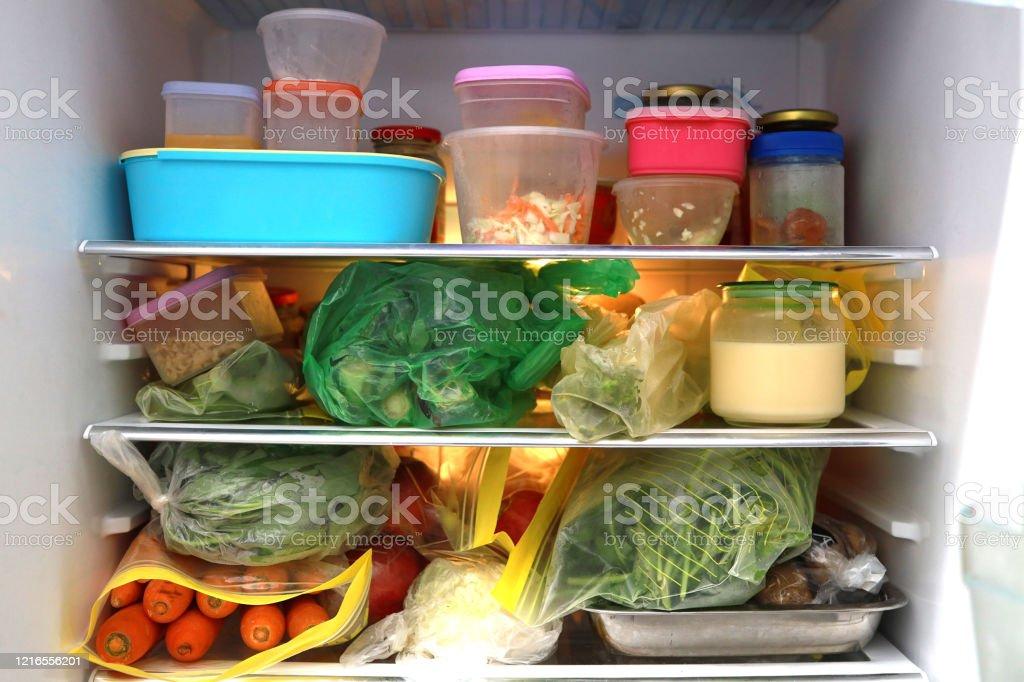 Alimentos dentro de un refrigerador - Foto de stock de Alimento libre de derechos
