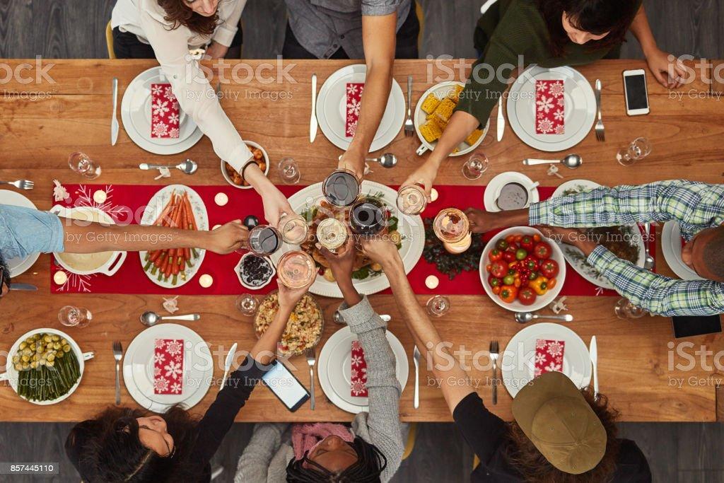 Comida é melhor apreciada com amigos - foto de acervo