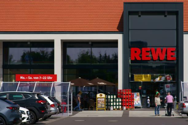 rewe lebensmittelmarkt - rewe supermarket stock-fotos und bilder