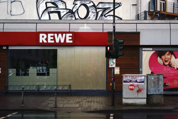 rewe-lebensmittelmarkt - rewe germany stock-fotos und bilder