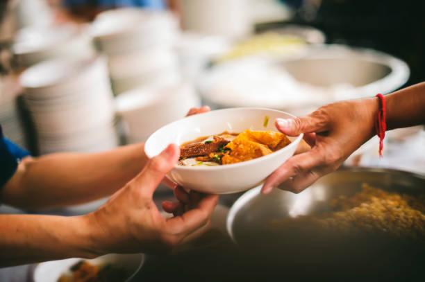 Nahrungsmittelbedarf der Armen in Asien: Bettler bitten um Lebensmittel von gemeinnützigen Lebensmittelanbietern – Foto