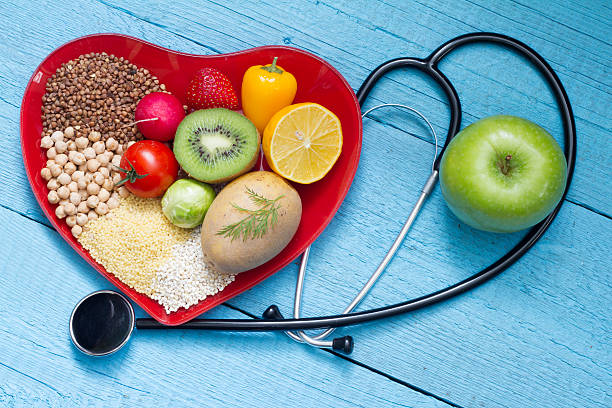 food on heart plate with stethoscope - 膽固醇 個照片及圖片檔