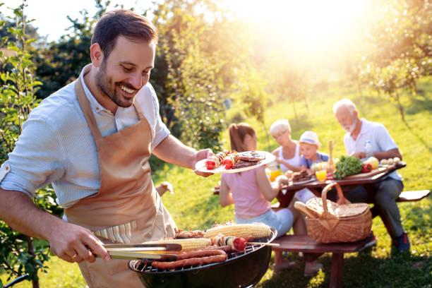 koncepcja żywności, ludzi i czasu rodzinnego - barbecue zdjęcia i obrazy z banku zdjęć