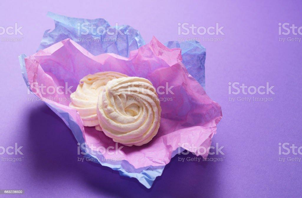 만든 제 퍼, 바이올렛 포장지에 마 시 멜로의 음식 사진. 핑크 바탕에 건강 한 달콤한 디저트입니다. royalty-free 스톡 사진