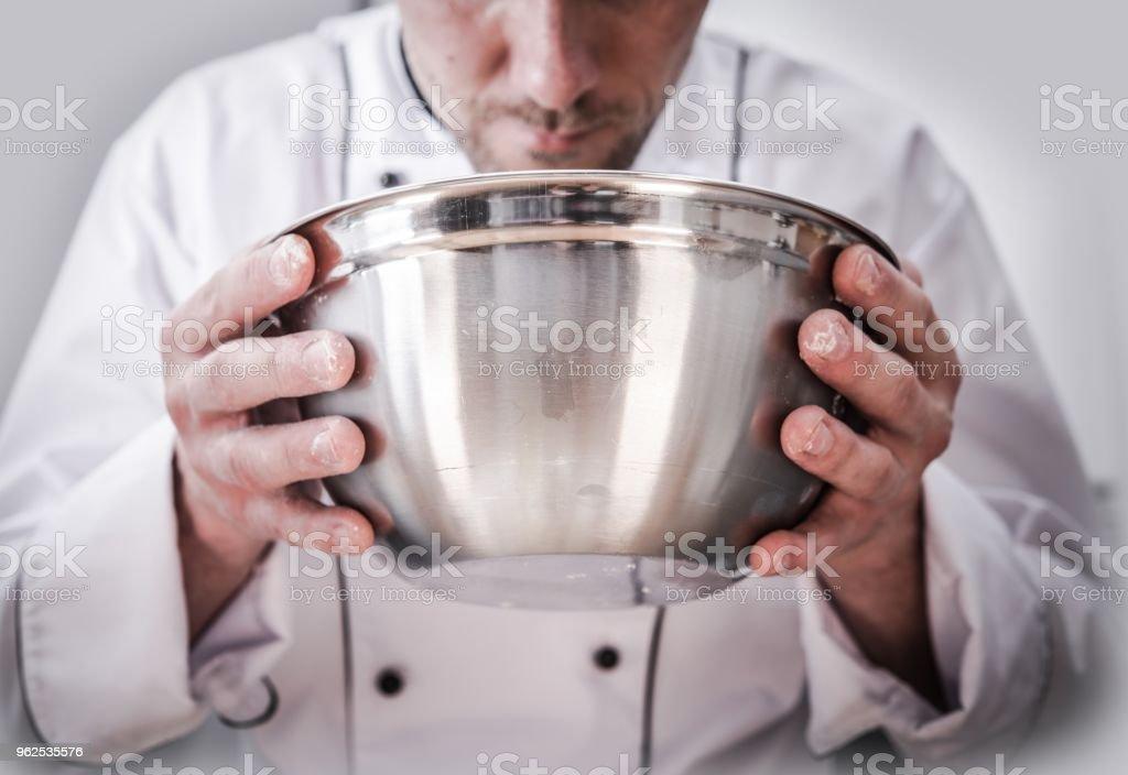 Preparação de alimentos pelo Cozinheiro chefe - Foto de stock de Adulto royalty-free