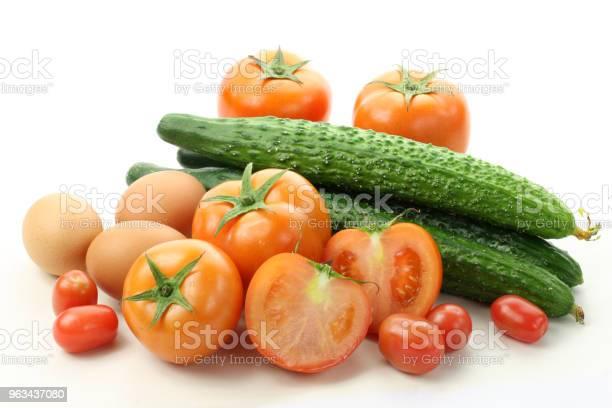 Żywność Surowa Jajka Ogórki Pomidory Wyizolowane Na Białym Tle - zdjęcia stockowe i więcej obrazów Białe tło