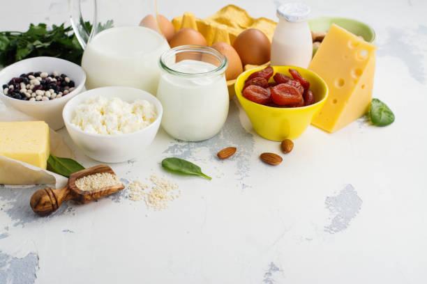 voedsel rijk van calcium - calcium stockfoto's en -beelden
