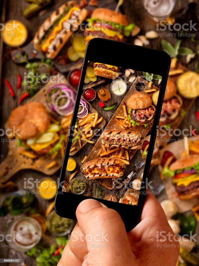 Selfie alimentaire de BBQ hamburgers et Hot Dog fête - Photo