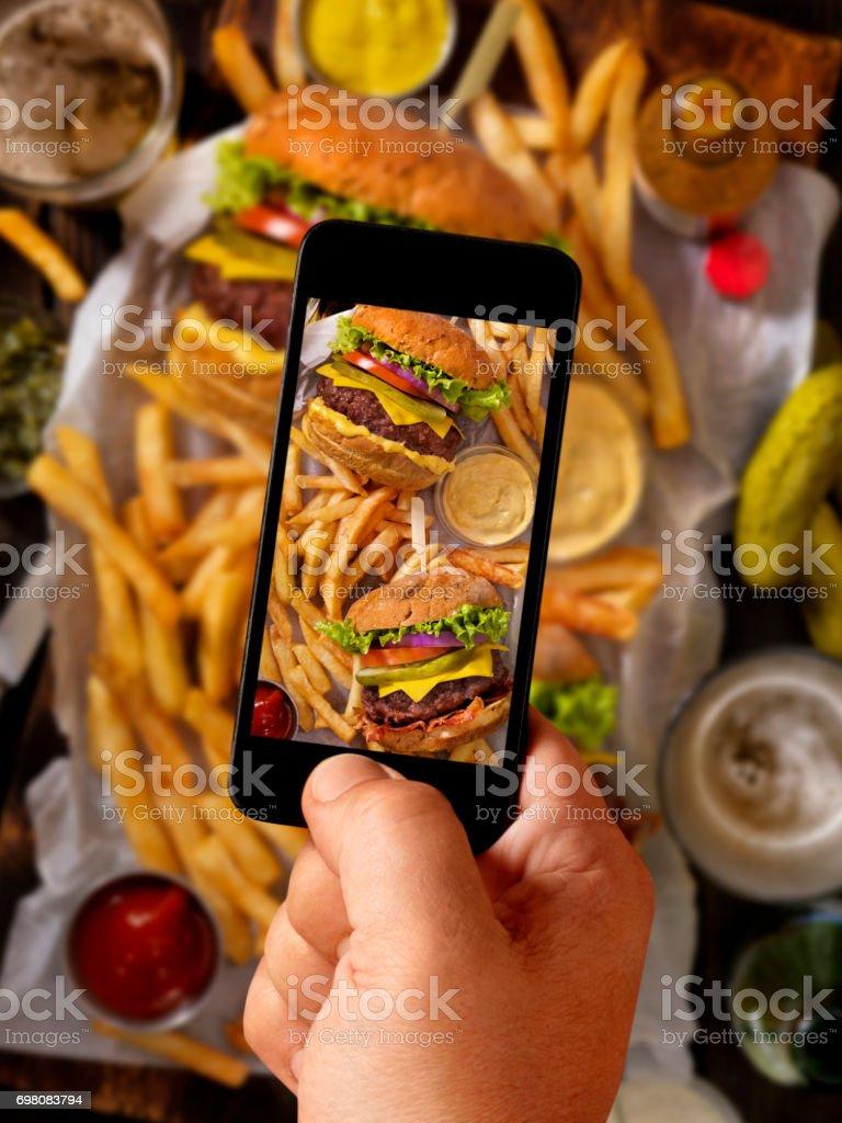 Selfie alimentaire des hamburgers et des frites - Photo