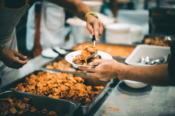 Essensaustausch mit Obdachlosen in der Gesellschaft : Konzept von Hungersnot und Wohltätigkeitsnahrung – Foto