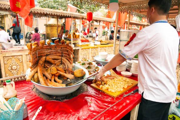 Imbissstand auf dem Lebensmittelmarkt Kasghar, – Foto
