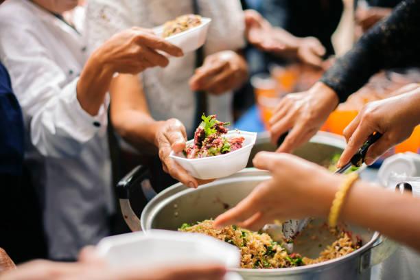Nahrungsmittelhilfe: Menschen übergeben Lebensmittel von Freiwilligen mit Philanthropen, um das Kochen zu unterstützen. – Foto
