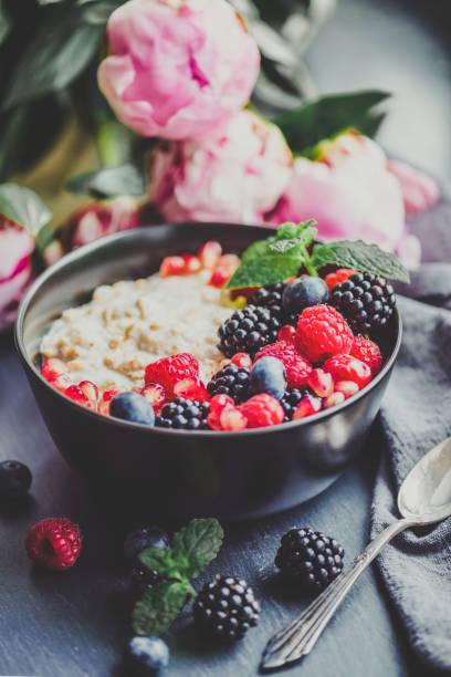 食品トレンド-一晩オート麦 - ローフード ストックフォトと画像