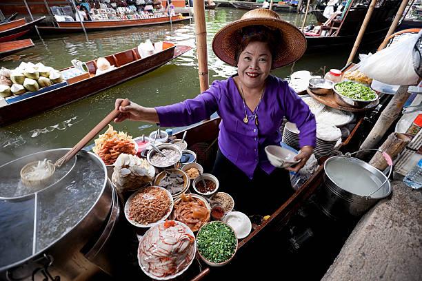 食品メーカーでダムヌンサドアック水上マーケット、タイます。 - タイ料理 ストックフォトと画像