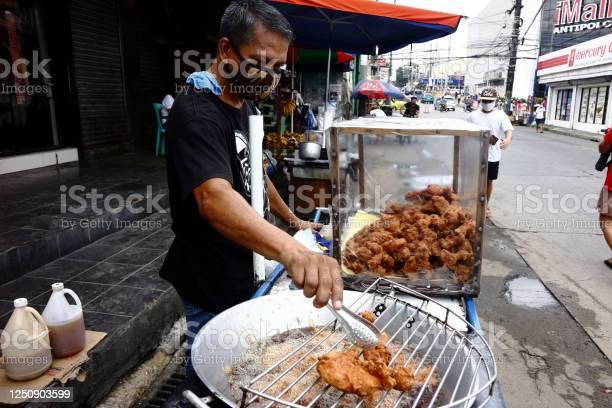 Food vendor deep fries chicken at his food cart along a sidewalk picture id1250903599?b=1&k=6&m=1250903599&s=612x612&h=xfzdqqfpyukv7p3wvpps4poth1lcmbelhyhuvf8xkco=
