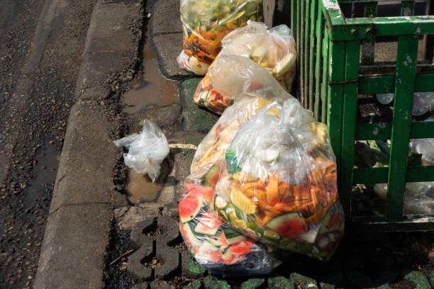 matsvinn i plast påsar på gångstig - food waste bildbanksfoton och bilder