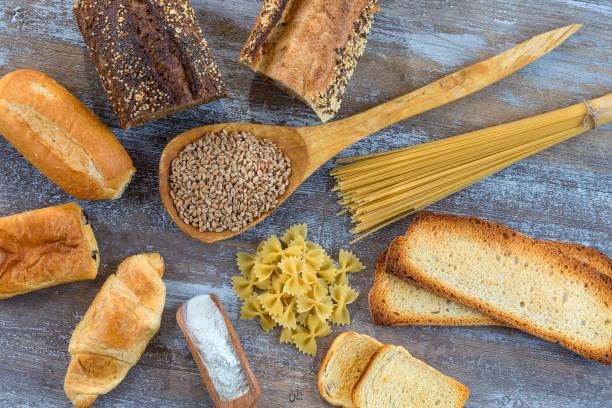 alimentos con gluten base sobre piso blanco e integral, sobre fondo gris pizarra - foto de stock