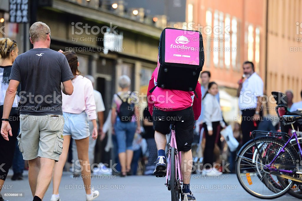 Foodora, food delivery by bike - Foto stock royalty-free di Adulto