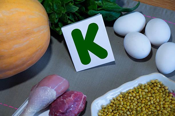 продукты, содержащие витамин k - буква k стоковые фото и изображения