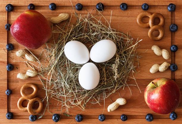 zusammensetzung der lebensmittel mit eiern auf heu, beeren und äpfeln - 3 zutaten kuchen stock-fotos und bilder