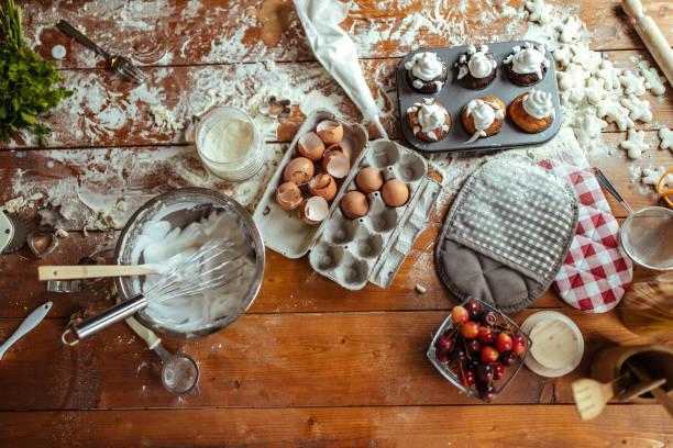 foodstuffs on the table - desarrumação imagens e fotografias de stock