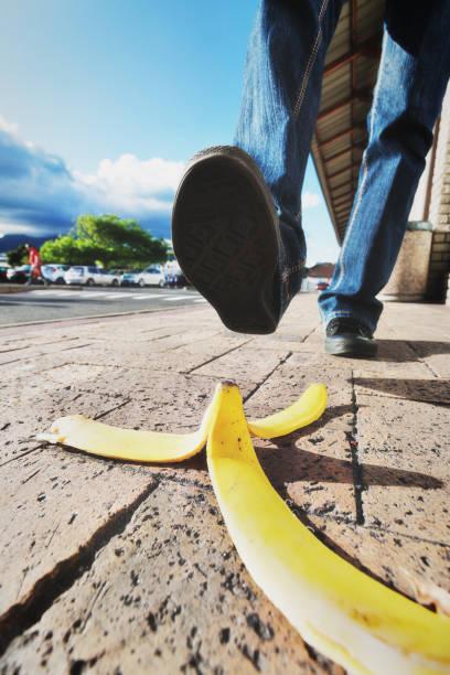 Jeté de pied sur le point d'étape sur peau de banane - Photo