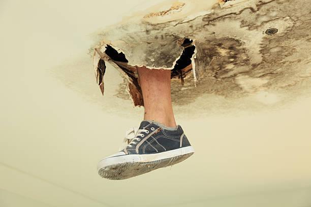 Fuß durch Decke – Foto