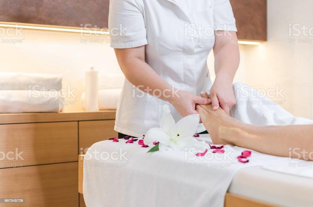 Massagem nos pés no spa - foto de acervo