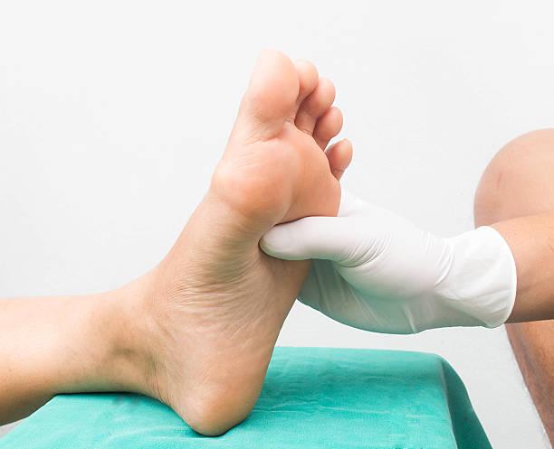 pie de masajes, cuidado de la neuropatía diabética pies - gangrena fotografías e imágenes de stock