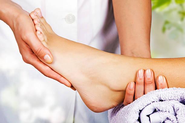 massaggio ai piedi nel salone spa - riflessologia foto e immagini stock