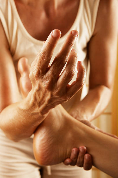 massage des pieds - membre photos et images de collection