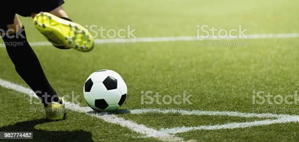 Voet Van Een Kind Footballspeler En De Bal Op Het Voetbalveld Stockfoto en meer beelden van Activiteit
