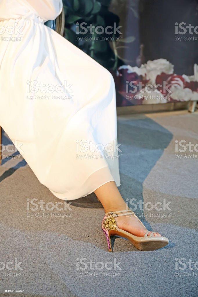 Fuß der Dame Kleid in weiß, Nahaufnahme Fotos – Foto