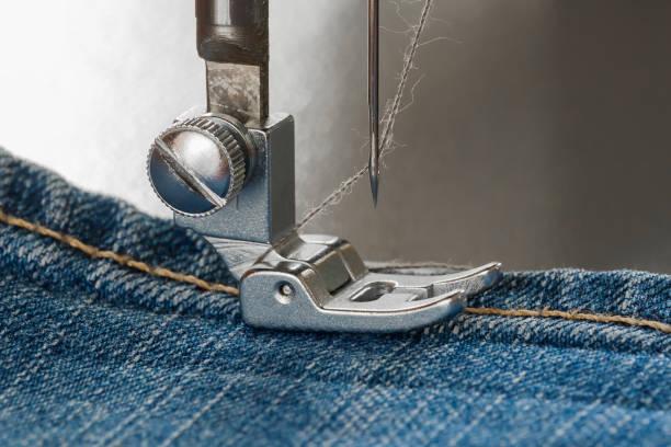 fuß der nähmaschine auf eine jeans-tasche - nähfuß stock-fotos und bilder