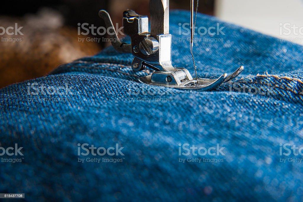 Fuß der Nähmaschine auf Jeans – Foto