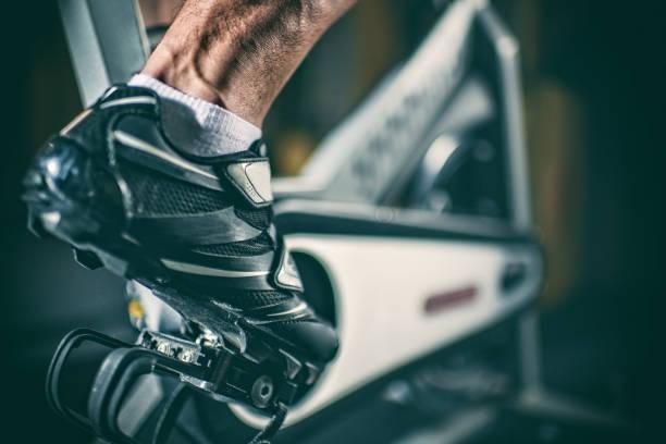 voet op stationaire fiets - ronddraaien stockfoto's en -beelden