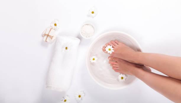 fußbad auf weißem hintergrund - fußpflege stock-fotos und bilder