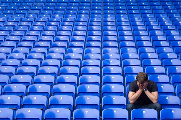 football-blau - niederlage stock-fotos und bilder