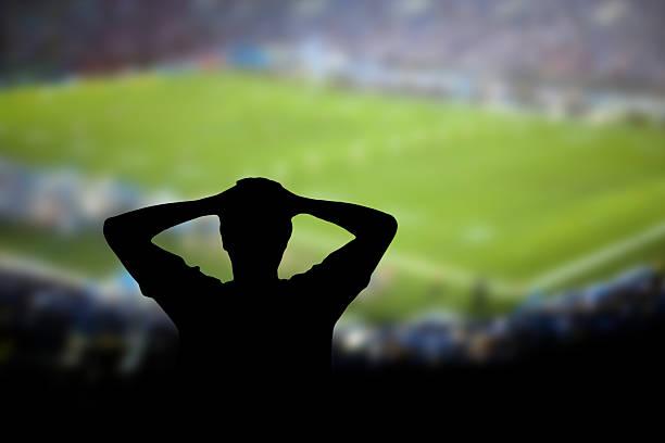 fußball-fehler - niederlage stock-fotos und bilder