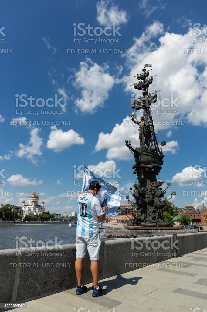 https www istockphoto com es foto fan c3 a1tico del f c3 batbol en la orilla del r c3 ado cerca del monumento a pedro el grande en gm1022905962 274588235