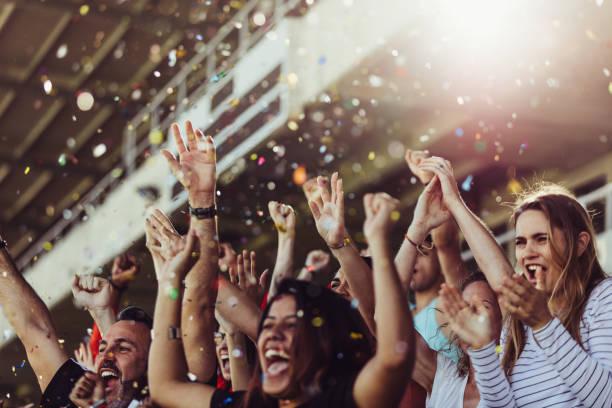 de ventilators die van de voetbal een overwinning in stadion vieren - sport stockfoto's en -beelden
