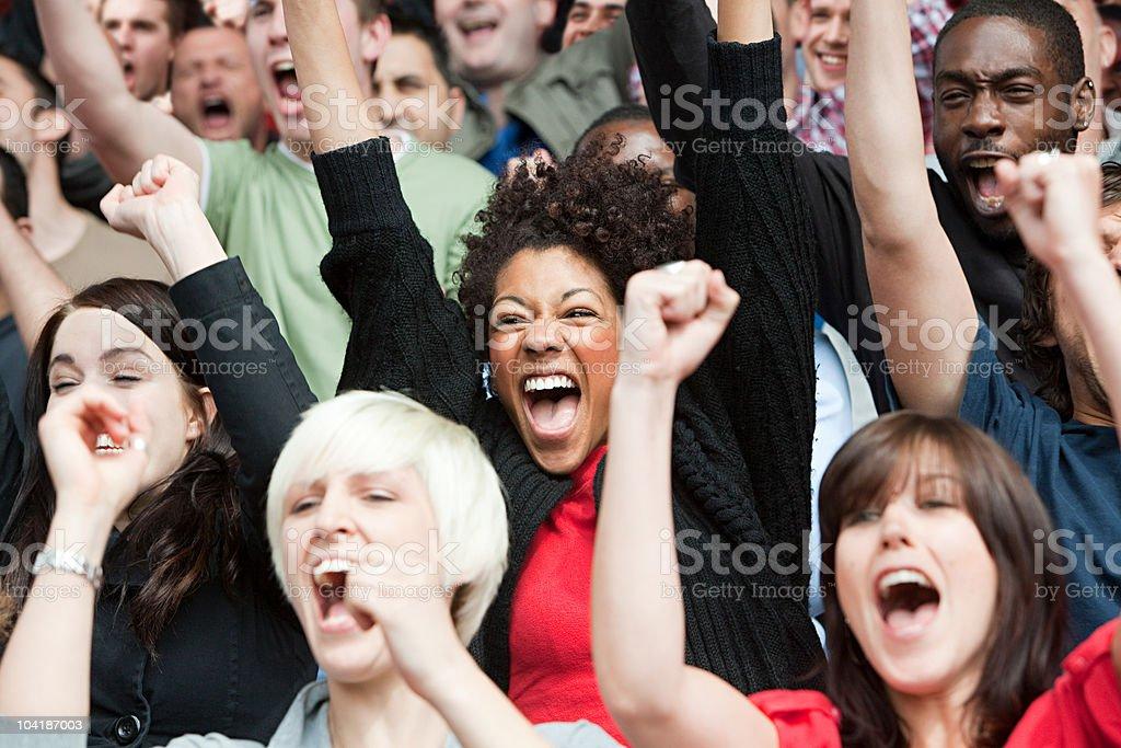 Los fanáticos del fútbol aclamando - foto de stock