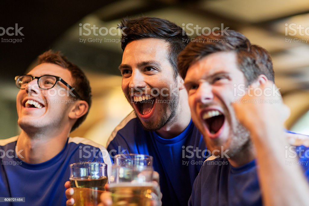 football fans or friends with beer at sport bar - foto de stock