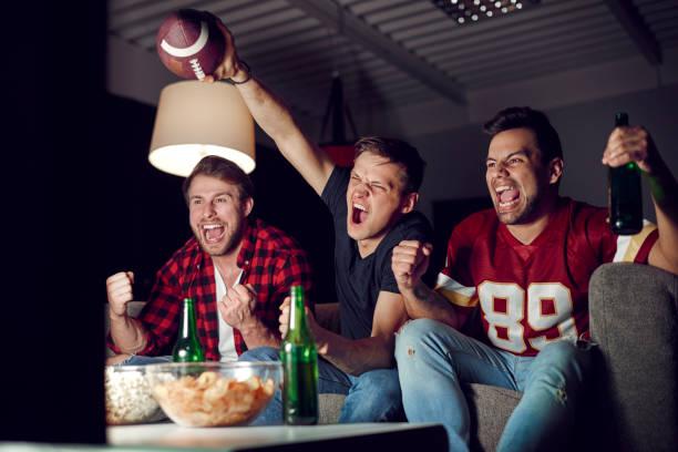 de ventilators van de voetbal schreeuwen en gebaren - football friends tv night stockfoto's en -beelden