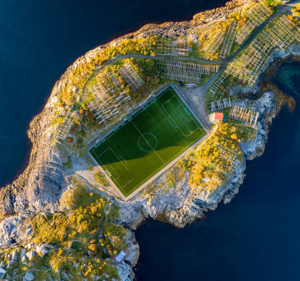 Campo de futebol em Henningsvaer de cima - foto de acervo