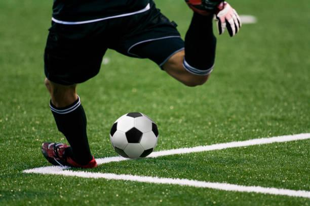 de goalie van de voetbal schopt de voetbalbal tijdens een spel - internationale voetbal stockfoto's en -beelden