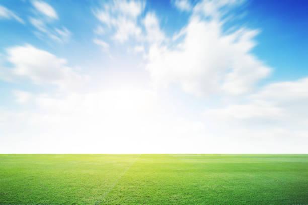 piłka nożna zielone pole z chmurą błękitne niebo tle. krajobraz sport na świeżym powietrzu - niebo życie pozagrobowe zdjęcia i obrazy z banku zdjęć