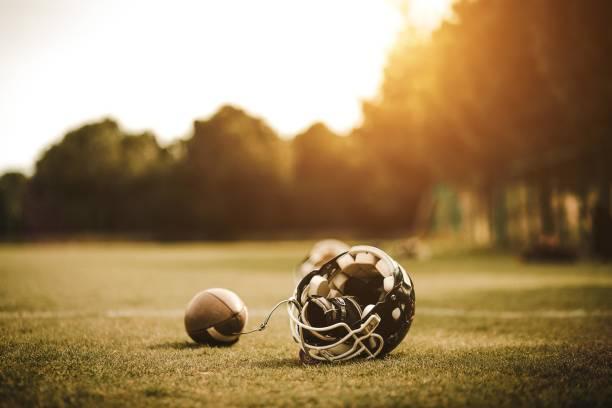 Football Helm auf Feld und ball – Foto